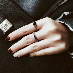 แหวนแฟชั่นset2ชิ้นสีเงินแต่งหัวแหวนสีดำและลายเชือก