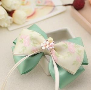 กิ๊บติดผมโบว์สีเขียวขาวลายดอกไม้แต่งมุกและดอกไม้สีขาว