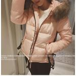 สีชมพู : เสื้อโค้ทกันหนาว ประดับเฟอร์ที่ฮู้ด ผ้าร่มเนื้อดีกันลม แต่งรูดชายเสื้อ กระดุม+ซิปหน้า เกาหลีมากๆ พร้อมส่งเลยจ้า