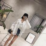 สีขาว : เสื้อคลุมสไตล์เกาหลี ตัวโคล่ง ผ้าทิ้งตัว แต่งลายปัก พร้อมส่ง