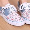 รองเท้าผ้าใบ รองเท้าหุ้มส้น สีขาว เพ้นท์ลายดอกไม้ แบบน่ารัก ตัดกับ สีฟ้า แบบสวย รองเท้าผ้าใบหวาน ๆ ใส่เที่ยว สไตล์ วัยรุ่น น่ารัก ใส ๆ 11359_1
