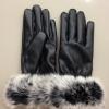 สีดำ : ถุงมือหนังแต่งขนเฟอร์นุมนิ่มฟูรอบข้อมือ ด้านในบุขนสั้นอุ่นนน ถ่ายจากสินค้าจริง