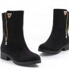 รองเท้าบูท ส้นเตี้ย รองเท้าแฟชั่น ผู้หญิง บูทเล็ก ๆ ติดคริสตัลเสือ และ ดีไซน์ แต่งซิป ที่ข้อเท้า รองเท้าสาวเปรี้ยว สี ดำ 330581