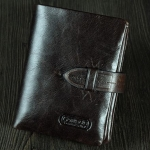 กระเป๋าสตางค์ผู้ชาย กระเป๋าสตางค์ ใบสั้น หนังแท้ หนังวัว สีดำ ขัดมัน สไตล์วินเทจ คลาสสิค ดีไซน์เข็มขัดคาด แบบสวย ของขวัญให้แฟน 943550