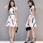 Dress4201 เดรสทรงสวยลายกราฟฟิคดำพื้นสีขาว ช่วงเอวเข้ารูป ซิปหลังใส่ง่าย มีซับในอย่างดีทั้งชุด ผ้าโพลีเนื้อดีเกรดพรีเมียม งานดีทรงดีใส่สวย ใส่ทำงานได้ ทรงนี้ใส่ได้เรื่อยๆ
