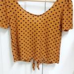 เสื้อสีส้มลายจุด โชว์หลัง