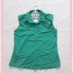 **สินค้าหมด blouse2022 เสื้อแฟชั่นคอปกระบายบ่า กระดุมหน้า แขนกุด ผ้าไหมอิตาลีสีเขียว