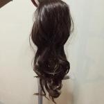 หางม้าแบบผูกลอน สีน้ำตาล เส้นผมทำมาจากไหมญี่ปุ่นเป่าลมอุ่นได้ค่ะ ภาพถ่ายจากสินค้าจริง