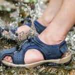 รองเท้าผู้ชาย รองเท้า แตะ แบบรัดส้น รองเท้า ใส่เที่ยว เดินป่า เที่ยว ชายทะเล หนังแท้ แบบสปอร์ต สีน้ำเงิน น้ำตาล ด้านหน้า ปิดกันหิน สวยเท่ ใส่สบาย 890013