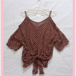 **สินค้าหมด blouse1961 เสื้อแฟชั่นไซส์ใหญ่แขนสามส่วนเปิดไหล่ ผูกชาย ผ้าชีฟองโปร่งสีน้ำตาลลายจุดดำ