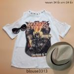 blouse3313 เสื้อแฟชั่นคอตั้งแต่งหมุด แขนสามส่วนผ่าไหล่ สกรีนลาย Avenged ผ้าชีฟองเนื้อนิ่มมีซับในช่วงหน้าอก สีขาว