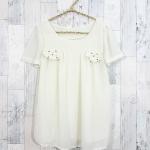 SALE!! blouse1780 เสื้อแฟชั่นผ้าชีฟองเนื้อทราย แต่งกระเป๋าหลอกปักมุก แขนสั้น สีขาวครีม