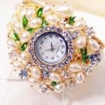 นาฬิกาข้อมือ ผู้หญิง กำไลข้อมือไข่มุก แบบเป็น นาฬิกา หน้าปัด ฝังเพชร คริสตัล ตกแต่งไข่มุก สีขาวรูป หยดน้ำ เป็นพวง ของขวัญให้แฟน สุดหรู 204705