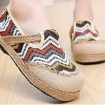 รองเท้าหุ้มส้น แบบวัยรุ่น รองเท้าแฟชั่น ผู้หญิง สไตล์วินเทจ ลายซิ๊กแซ็ก สีขาว สลับ แดง เหลือง รองเท้าวัยรุ่น เก๋ ๆ ใส่เที่ยว 76133