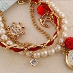 นาฬิกาข้อมือผู้หญิง แบบเป็น สร้อยข้อมือ นาฬิกา สายหนังสีแดงประดับ ตุ้งติ้ง และ ไข่มุก คริสตัล เหมาะกับเป็น ของขวัญให้แฟน มากค่ะ no 31948