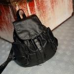 กระเป๋าเป้ หนังสีดำ ด้านในเป็นหูรูด หยิบของง่าย ใส่ของได้เยอะ