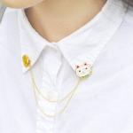 เข็มกลัดติดปกเสื้อรูปแมวและป้ายเหลือง