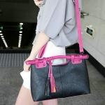กระเป๋าถือผู้หญิง กระเป๋าถือ แบบ มีสายสะพาย ดีไซน์เก๋ ทรงสี่เหลี่ยม ห้อยพู่ กระเป๋าหนัง pu แบบสวย ดูดี มีสไตล์ แฟชั่น วัยรุ่น ใช้ได้ทุกโอกาส 327569