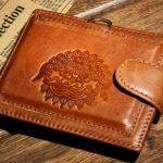 กระเป๋าสตางค์ผู้ชาย หนังวัวแท้ สีน้ำตาล ปั้มลาย หน้าพยัคฆ์ สิงโต เสริมสร้างบารมี แก่ผู้ใช้ 86123