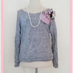 **สินค้าหมด Sale!! blouse1663 เสื้อกันหนาวแฟชั่นผ้าหนานุ่ม แขนยาว เอวจัมพ์ แต่งโบว์ดอกไม้ช่วงบ่า สีเทา อก 40 นิ้ว