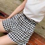Shorts497 กางเกงขาสั้นลายสก็อตโทนสีขาวดำ มีเชือกหนังผูกเอว ซิปหลัง ผ้าคอตตอนเนื้อดีนุ่มใส่สบาย งานน่ารักทรงสวยเก๋ๆ ดีเทลดีงาม ใส่กับเสื้อทรงไหนก็สวยเป๊ะ