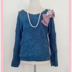 **สินค้าหมด Sale!! blouse1667 เสื้อกันหนาวแฟชั่นไซส์ใหญ่ผ้าหนานุ่ม แขนยาว เอวจัมพ์ แต่งโบว์ดอกไม้ช่วงบ่า สีน้ำเงิน อก 40 นิ้ว