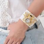นาฬิกาข้อมือ ผู้หญิง สายหนัง แฟขั่น ติดคริสตัล ตัวผึ้ง เก๋สุด ๆ