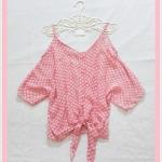 **สินค้าหมด blouse1962 เสื้อแฟชั่นไซส์ใหญ่แขนสามส่วนเปิดไหล่ ผูกชาย ผ้าชีฟองโปร่งสีชมพูพาสเทลลายจุดขาว