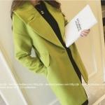 เสื้อโค้ททรงยาว แต่งกระเป๋าข้าง สีเขียวมะนาวสดใส ผ้าสักกะหลาดบุซับในกันลม เนื้อผ้าไม่หนามาก ราคาเบาๆ พร้อมส่งเลยจ้า
