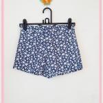 **สินค้าหมด bottom287 กางเกงขาสั้นแฟชั่นงานแพลตตินั่ม กระดุมซิป ผ้ายีนส์นิ่มลายจุดดอกไม้เล็กโทนสีขาวกรมท่า Size S เอว/สะโพก 26.5/35 นิ้ว