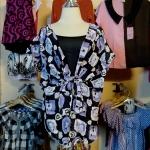 **สินค้าหมด Sale!! blouse1570 เสื้อแฟชั่นไซส์ใหญ่ ผ้านิ่มลายดอกไม้แต่งโบว์ จับจีบอก คอวี พร้อมเสื้อตัวใน โทนสีม่วงดำ