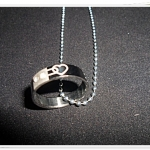 สร้อยคอห้อยแหวนสลักหัวใจ สีดำ สวยมากค่ะ