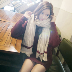 ผ้าพันคอ ไหมพรม เกาหลี สีครีมคาดแดง มิกกับชุดไหนก็สวย พร้อมส่ง