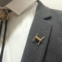 เข็มกลัดติดปกเสื้อรูปขดลวดหนามสีทอง