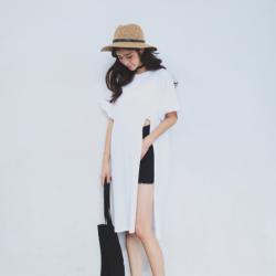 เสื้อแฟชั่นตัวยาว สีขาว แต่งผ่าด้านข้าง สไตล์เกาหลี ใส่ออกมาแล้วแนวมากจ้า พร้อมส่งน้า