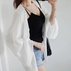 เสื้อคลุมชีฟองสีขาว ทรงโคล่ง ผ้าเป็นลายริ้วในตัวเนื้อดี เก๋ไก๋ดูดี ใส่ได้หลายแบบ พร้อมส่งจ้า