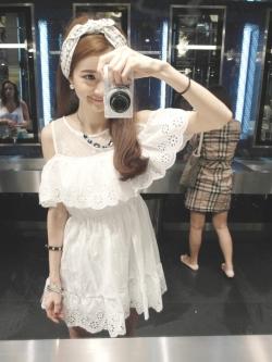 เดรสโชว์ไหล่ สีขาวฉลุลายดอกไม้หวานๆ น่ารักมากค่ะ สาวไซส์ mini ไม่ควรพลาด