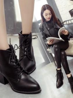 Boots รองเท้าบูท หนังสีดำ ด้านในเป็นขนสั้น แต่งหมุดรอบพื้นรองเท้า เก๋ๆ