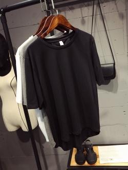 เสื้อยืดสีดำ ประดับหมุดเก๋ๆ ด้านหลัง Basic tee สวมใส่ได้ทุกโอกาส