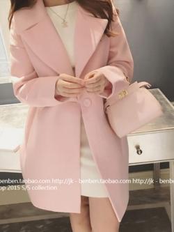 เสื้อโค้ททรงยาว แต่งกระเป๋าข้าง สีชมพูอ่อนน่ารัก ผ้าสักกะหลาดบุซับในกันลม เนื้อผ้าไม่หนามาก ราคาเบาๆ พร้อมส่งเลยจ้า