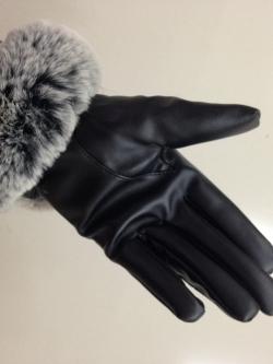 ถุงมือหนังแต่งขนเฟอร์ สีดำแซมเทา นุมนิ่มรอบข้อมือ ด้านในบุขนสั้นอุ่นนน ถ่ายจากสินค้าจริง