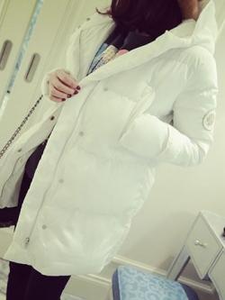 **มีตำหนิ** เสื้อกันหนาว สีขาว ตัวยาว ผ้าร่มเนื้อดีกันลม บุนวมนุ่ม ซิปและกระดุมหน้า พร้อมส่งจ้า