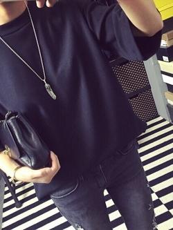 เสื้อแฟชั่น สีดำ ทรงไหล่ตก สไตล์เกาหลี ผ้าดีเนื่้อละเอียดมาก เก๋ๆ พร้อมส่งน้า