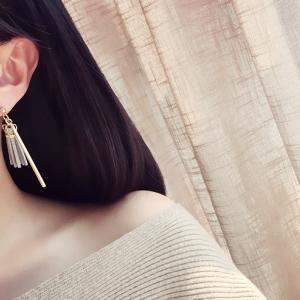 ต่างหู,ตุ้มหูแฟชั่นสไตล์เกาหลีท่อนเหลี่ยมแต่งโซ่และพู่หนังสีเทา