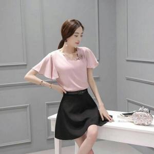 Set_bs1343 งานนำเข้าสไตล์เกาหลี ชุด 2 ชิ้น(เสื้อ+กระโปรง)แยกชิ้น เสื้อแขนระบายอกแต่งเข็มกลัดดอกไม้สีชมพูกะปิ+กระโปรงบานซิปหลังสีดำ แบบสวยเรียบดูดี ใส่ทำงานได้