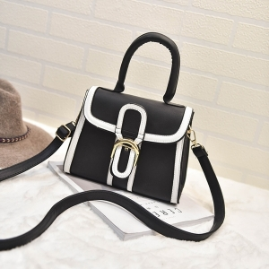 กระเป๋าสะพายหนัง ทรงเก๋ จะถึอหรือสะพายก็ดูดี สีดำ พร้อมส่ง