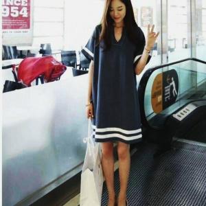 Dress3720 งานนำเข้าแบรนด์เกาหลี ชุดเดรสคอวีทรงปล่อยใส่สบาย แต่งแถบสีขาว ผ้าหนาเนื้อดีสีฟ้าคราม