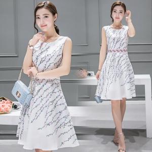 Dress3802 เดรสยาวคลุมเข่า ผ้าซาตินซิลค์เนื้อหนาสวยลายดอกไม้พื้นสีขาว งานตัดเย็บอย่างดี มีซับในทั้งชุด แบบสวยหวานน่ารักมาก