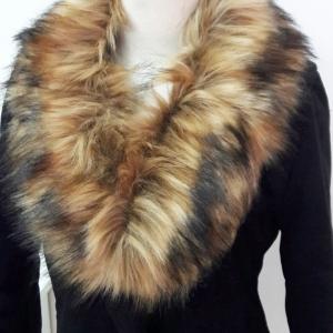ขนเฟอร์ fur สีน้ำตาลอ่อนแซมดำ ขนฟูนุ่ม ใช้ติดเสื้อหนาว หรือใช้พันคอเพิ่มความเก๋ มิกได้กับทุกชุด มาพร้อมกระดุมใส
