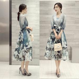 Dress3747 งานนำเข้าแบรนด์เกาหลี ชุดเดรสยาวทรงสวยคอวีป้ายแขนสี่ส่วนตีเกล็ดอกตัดต่อกระโปรงลายดอกไม้โทนสีฟ้า มีซับในพร้อมผ้าผูกเอว